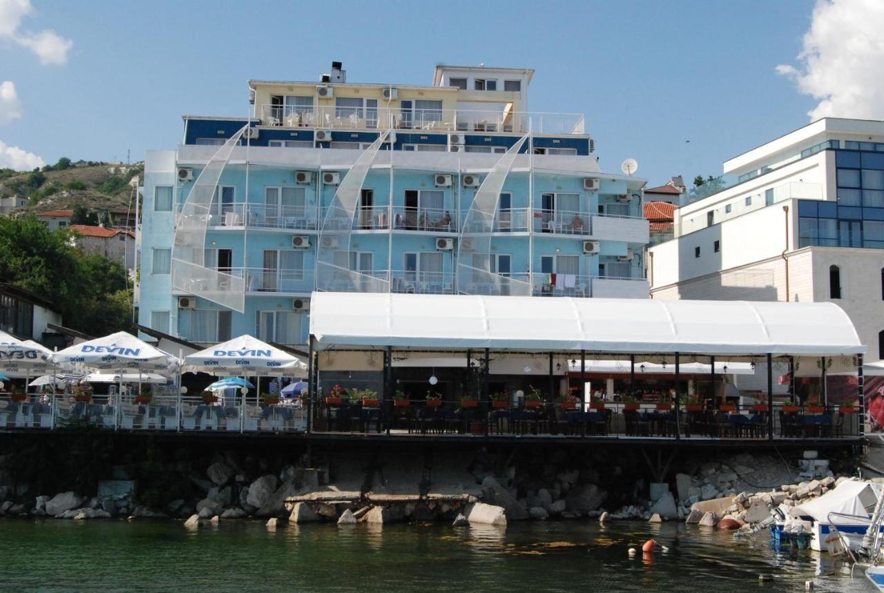 Лотос хотел